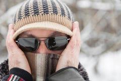 Uomo all'aperto nel giorno di inverno Fotografia Stock