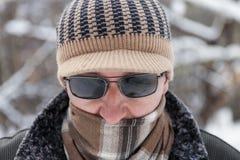 Uomo all'aperto nel giorno di inverno Fotografie Stock