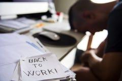 Uomo all'ufficio e testo di nuovo a lavoro in una nota Immagini Stock Libere da Diritti
