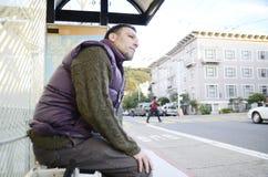 Uomo alla fermata dell'autobus Fotografia Stock