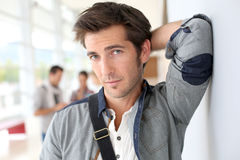 Uomo alla moda bello all'università che si appoggia la parete Fotografie Stock