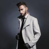 Uomo alla moda bello in cappotto di autunno immagini stock