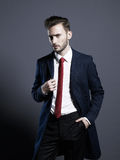 Uomo alla moda bello in cappotto di autunno fotografia stock libera da diritti