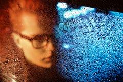 Uomo alla moda bello del yonug che si siede in un'automobile Fotografia Stock Libera da Diritti