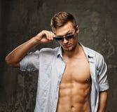 Uomo alla moda in camicia Fotografia Stock