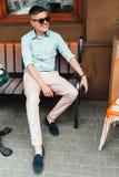 Uomo alla moda in camicia ed occhiali da sole fotografia stock libera da diritti