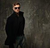 Uomo alla moda in cappotto nero Immagine Stock Libera da Diritti