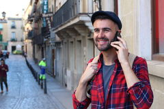 Uomo alla moda che chiama dal telefono nella città con spazio per la copia Fotografia Stock Libera da Diritti