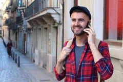 Uomo alla moda che chiama dal telefono nella città con spazio per la copia Fotografia Stock