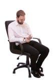Uomo alla moda che manda un sms da un telefono cellulare isolato su fondo bianco Fotografie Stock Libere da Diritti
