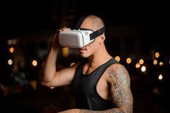 Uomo alla moda con i vetri di realtà virtuale che sembrano stupiti Fotografia Stock