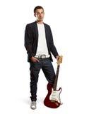 Uomo alla moda con la chitarra che esamina macchina fotografica Fotografie Stock