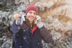 Uomo alla moda con lo Smart Phone Scena di inverno Fotografie Stock