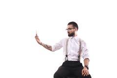 Uomo alla moda dei parrucchieri nello studio con le forbici Immagini Stock Libere da Diritti