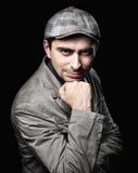 Uomo alla moda nella posa di contare sul suo pugno Fotografia Stock