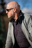 Uomo alla moda in occhiali da sole che gode del sole Fotografia Stock Libera da Diritti