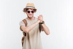 Uomo alla moda sorridente dei giovani che mostra ben fatto gesto Immagine Stock Libera da Diritti