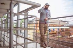 Uomo alla moda sul telefono Immagine Stock Libera da Diritti