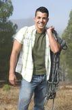 Uomo alla montagna con la strumentazione di ascensione Fotografie Stock Libere da Diritti