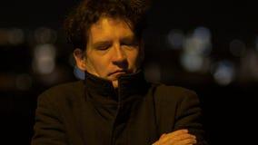 Uomo alla notte sulla via nel pensiero della città serio stock footage