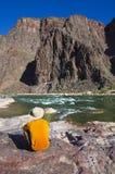 Uomo alla parte inferiore del grande canyon Fotografie Stock Libere da Diritti