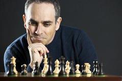 Uomo alla scheda di scacchi Immagini Stock Libere da Diritti