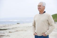 Uomo alla spiaggia con le mani in caselle Immagine Stock