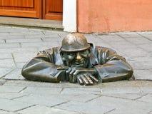 Uomo alla statua del lavoro a Bratislava, Slovacchia Fotografia Stock Libera da Diritti