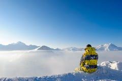 Uomo alle montagne in nubi Immagine Stock