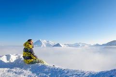 Uomo alle montagne in nubi Fotografia Stock