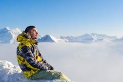 Uomo alle montagne in nubi Fotografia Stock Libera da Diritti