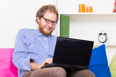 Uomo allegro che chiacchiera dal computer Fotografia Stock Libera da Diritti