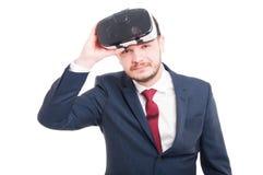 Uomo allegro che ha grande esperienza con gli occhiali di protezione 3d Fotografia Stock
