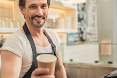 Uomo allegro che lavora nel caffè Fotografia Stock Libera da Diritti