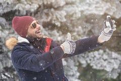 Uomo allegro che prende autoritratto usando il suo Smart Phone Fotografie Stock