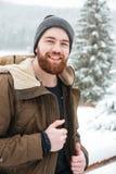 Uomo allegro che sta nella foresta di inverno immagini stock libere da diritti