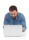 Uomo allegro con il computer portatile Fotografia Stock