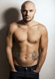Uomo allegro con il tatuaggio Fotografia Stock
