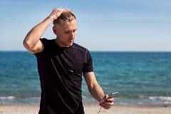 Uomo allegro con lo smartphone Fotografia Stock