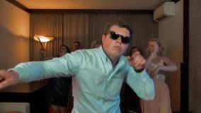 Uomo allegro del nerd con i vetri che ballano e che fanno festa archivi video