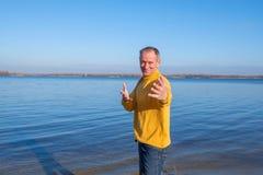 Uomo allegro, durando con indifferenza, rilassandosi sulla spiaggia, ridere Immagini Stock Libere da Diritti