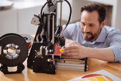 Uomo allegro felice che è eccitato circa modellare 3d Immagine Stock