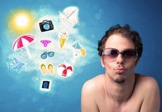 Uomo allegro felice con gli occhiali da sole che esaminano le icone di estate Fotografia Stock