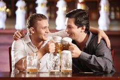 Uomo allegro ubriaco in un pub Immagini Stock