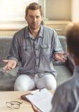Uomo allo psicoterapeuta Immagine Stock