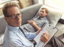 Uomo allo psicoterapeuta Fotografia Stock