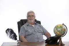 Uomo allo scrittorio fotografie stock libere da diritti