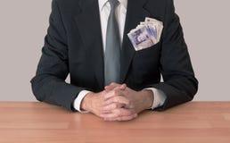 Uomo allo scrittorio con soldi, libbre BRITANNICHE fotografia stock