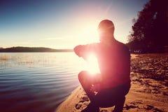 Uomo alto in abiti sportivi al tramonto stupefacente nello sport e nell'allenamento di addestramento di stile di vita del paese t Immagini Stock