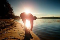 Uomo alto in abiti sportivi al tramonto stupefacente nello sport e nell'allenamento di addestramento di stile di vita del paese t Fotografia Stock Libera da Diritti
